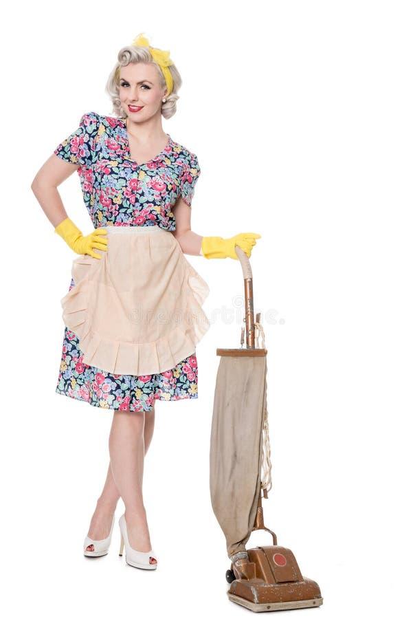 Retro gospodyni domowa z rocznika próżniowym cleaner, odizolowywającym na bielu obrazy stock
