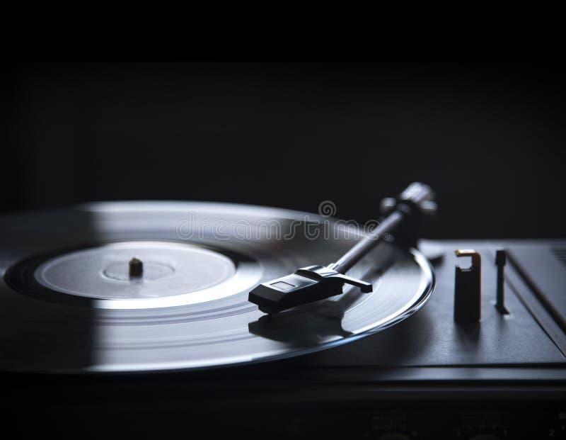 Retro grammofoon vinylspeler over zwarte achtergrond met copyspace royalty-vrije stock fotografie