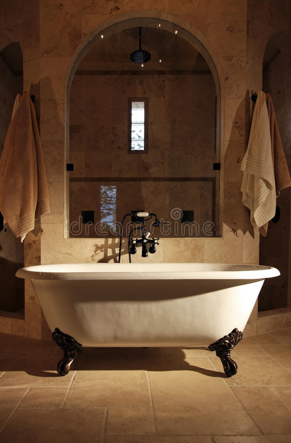 Retro- Greiferfuß Badezimmer-Wanne lizenzfreies stockbild