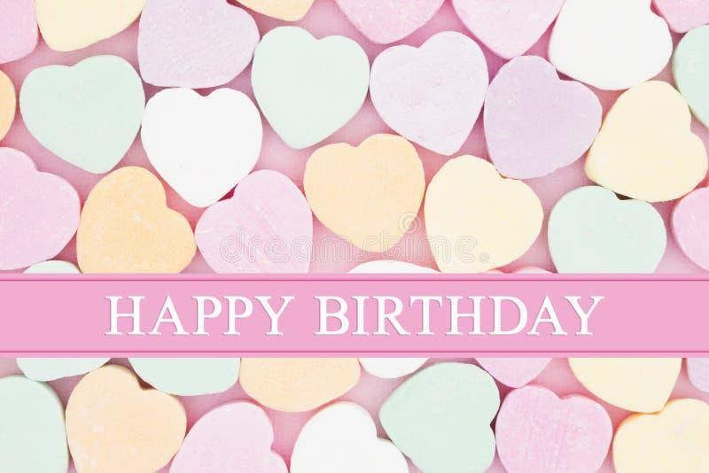 Retro hälsning för lycklig födelsedag med godishjärtor arkivbilder