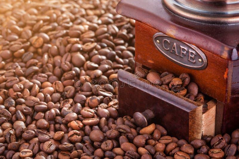 Retro handkoffiemolen op koffie stock afbeelding