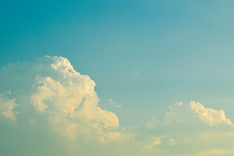 Retro- Himmel mit Wolken stockfotos