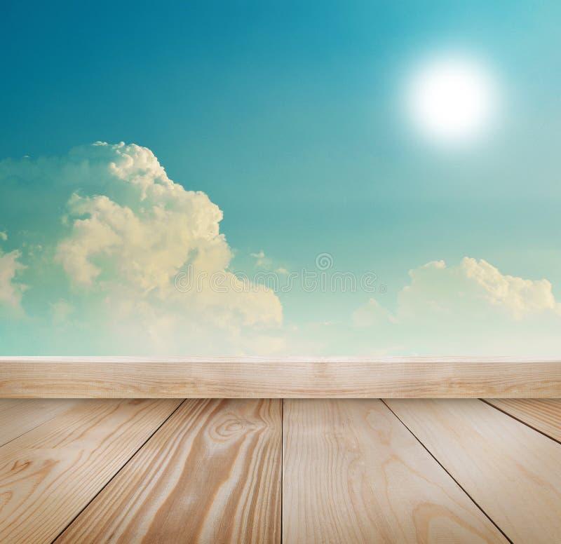 Retro- Himmel und Wolken mit hölzernem Hintergrund stockbild