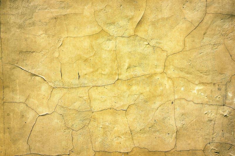 Retro- Hintergrund der gealterten gelben gebrochenen Betondecke lizenzfreies stockbild