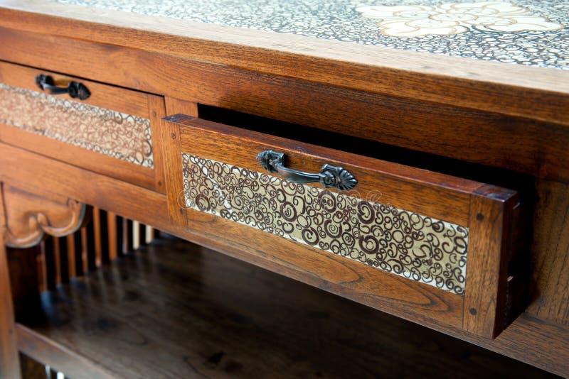 Retro- Holztisch mit geöffnetem Fach lizenzfreies stockbild