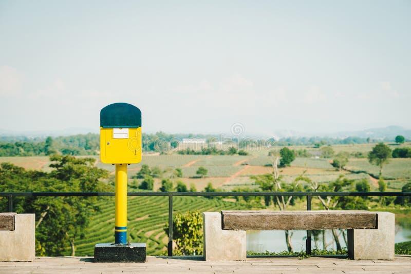 Retro immagine di stile del postbox giallo fotografie stock libere da diritti