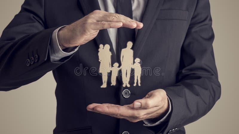 Retro immagine di stile di una siluetta proteggente della famiglia dell'uomo d'affari fotografie stock libere da diritti