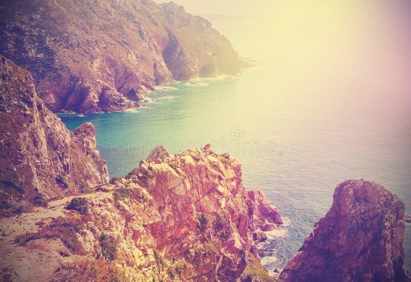 Retro immagine filtrata di una linea costiera, Portogallo immagine stock