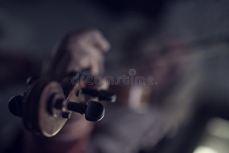 Retro immagine tonificata di gioco del violino immagini stock