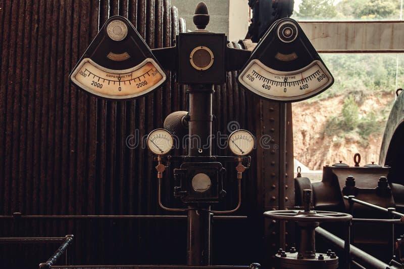Retro industriële Voltmeter, Ampèremeter en Drukmeting stock afbeelding