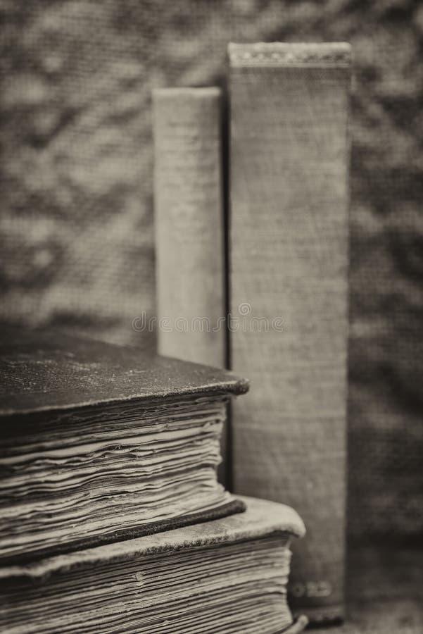 Retro inställning och effekt av antika tappningböcker arkivbilder