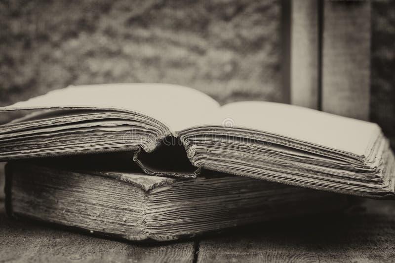 Retro inställning och effekt av antika tappningböcker arkivfoto