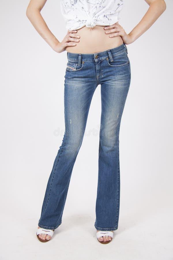 Retro jeans op slank model stock fotografie