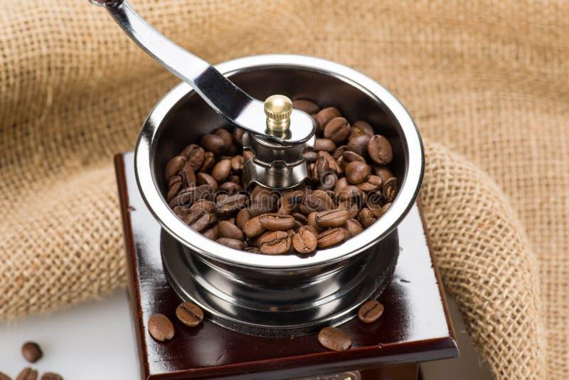 Retro- Kaffeemühle mit Schale und Tasche stockbild