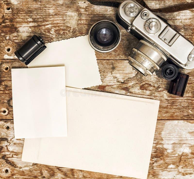 Retro- Kamera auf einem Hintergrund des alten Holzes lizenzfreie stockbilder