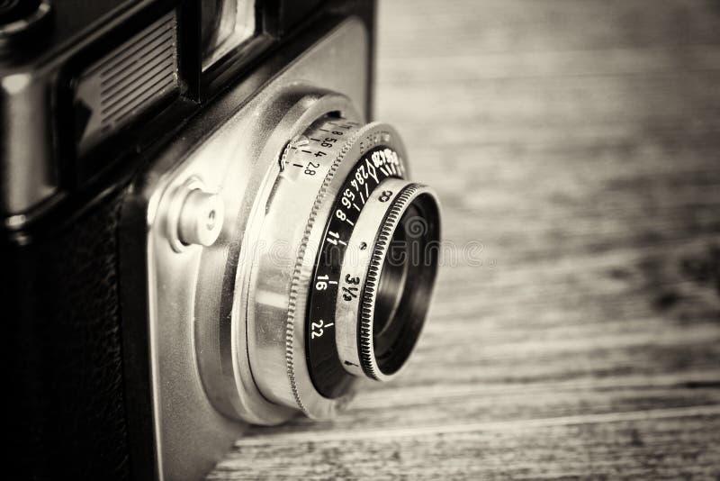 Retro- Kamera der alten Weinlese auf hölzernem Hintergrund lizenzfreie stockbilder