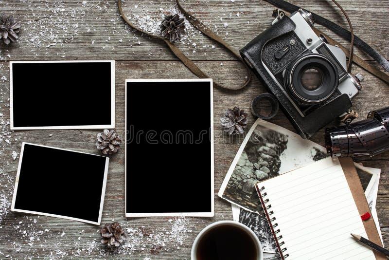 Retro- Kamera der Weinlese auf dem hölzernen Tabellenhintergrund umfasst mit Schnee lizenzfreies stockfoto