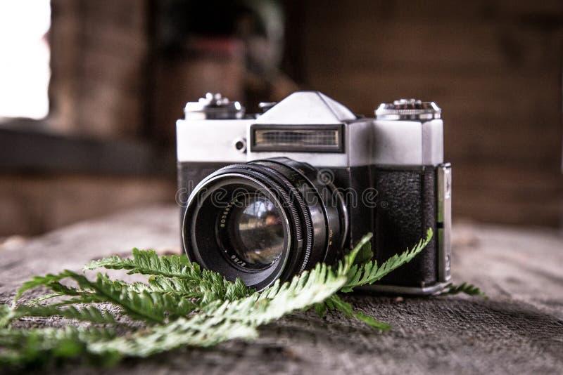 Retro- Kamera, die auf dem Tisch liegt lizenzfreie stockbilder