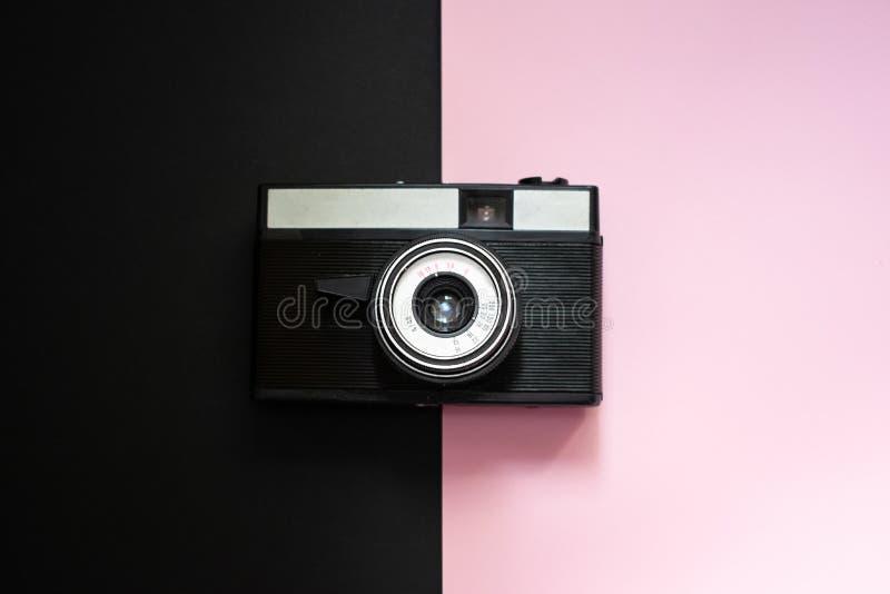 Retro kamera för film på en svart och en rosa bakgrund 6 royaltyfri fotografi