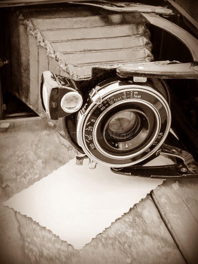 Retro kamera na tle stare deski zdjęcia royalty free