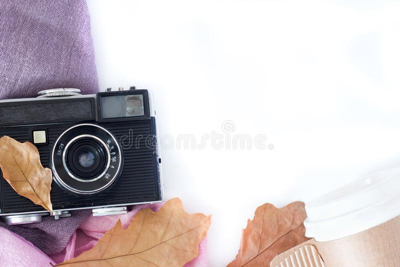 Retro kamera- och kopieringsutrymme med lönnlöv i höstgräns planlägger - begrepp av minnet och nostalgi i nedgång arkivfoto