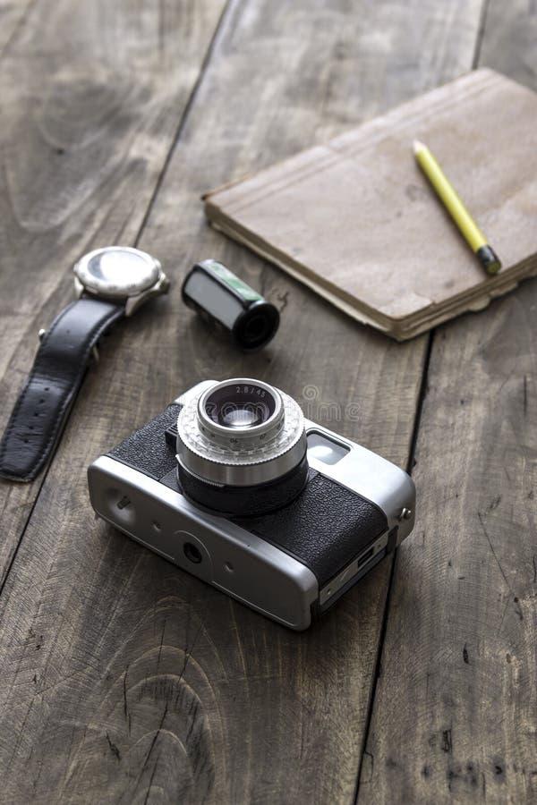 Retro kamera på tabellen royaltyfri foto