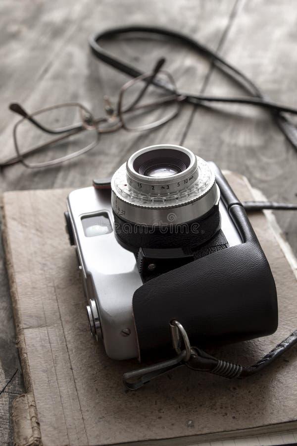 Retro kamera på tabellen arkivfoto