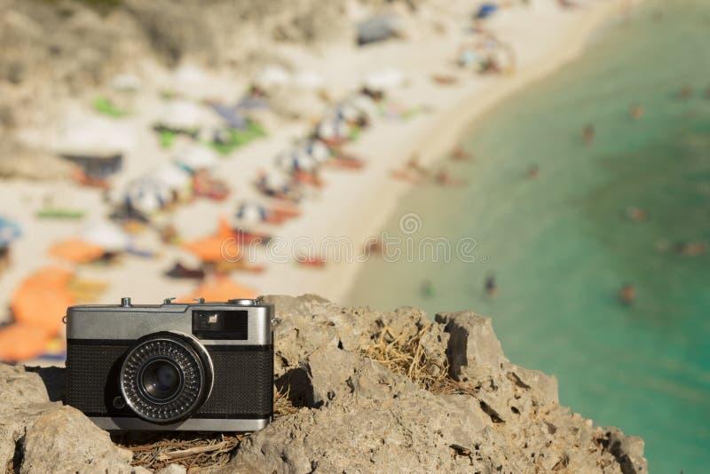 Retro kamera på vagga med den härliga stranden i bakgrunden arkivfoton