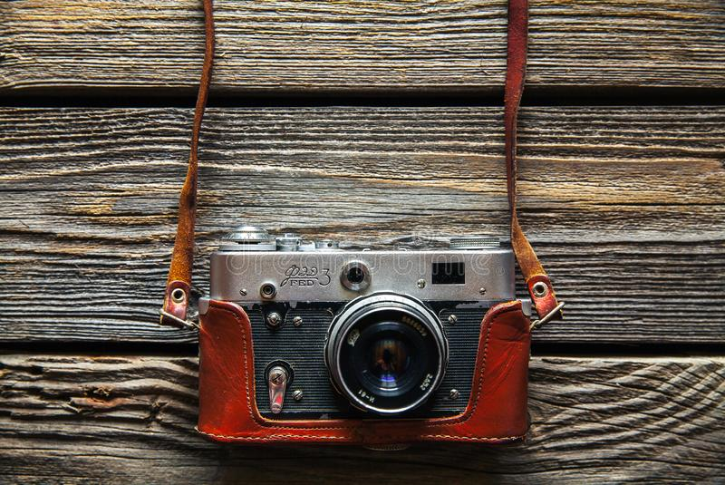 Retro kamera p? wood tabellbakgrund, tappningf?rgsignal fotografering för bildbyråer