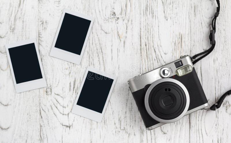 Retro- Kamera und leeres altes sofortiges Papierfoto stockbild