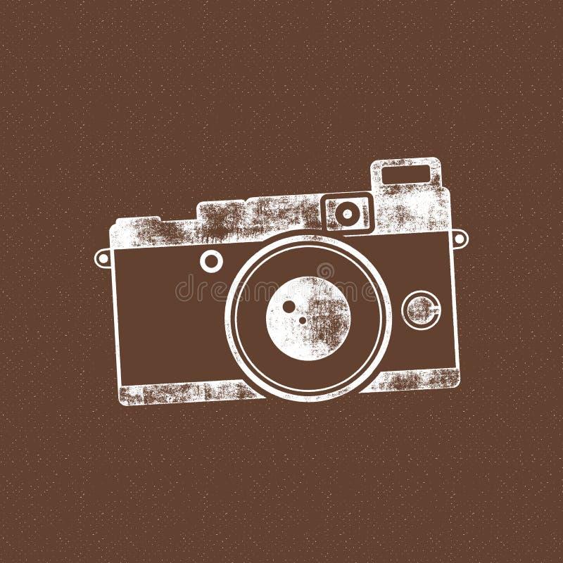Retro kamerasymbol Gammal affischmall Isolerat på grungehalvtonbakgrund Fotografitappningdesign för t-skjorta royaltyfri foto