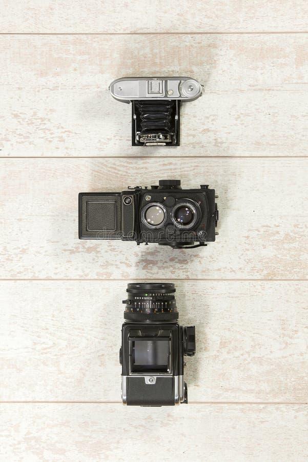Retro kameror med exponeringen på golvtilja arkivbilder