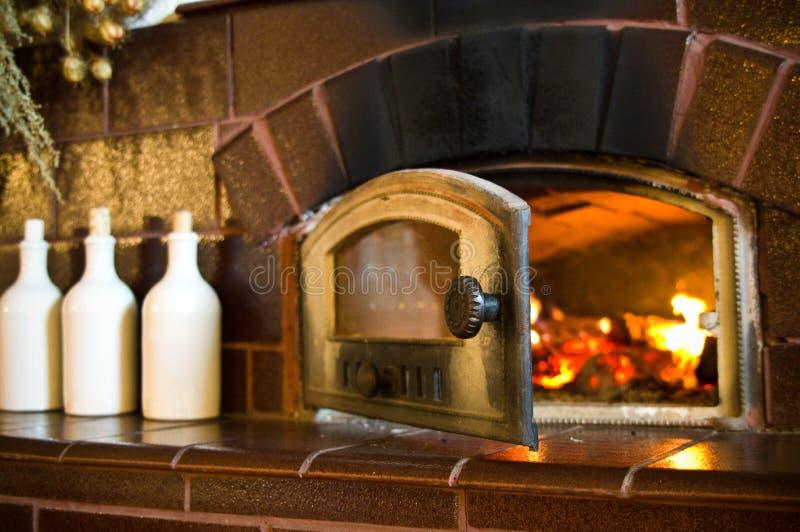 Retro- Kamin in der rustikalen Küche stockbild