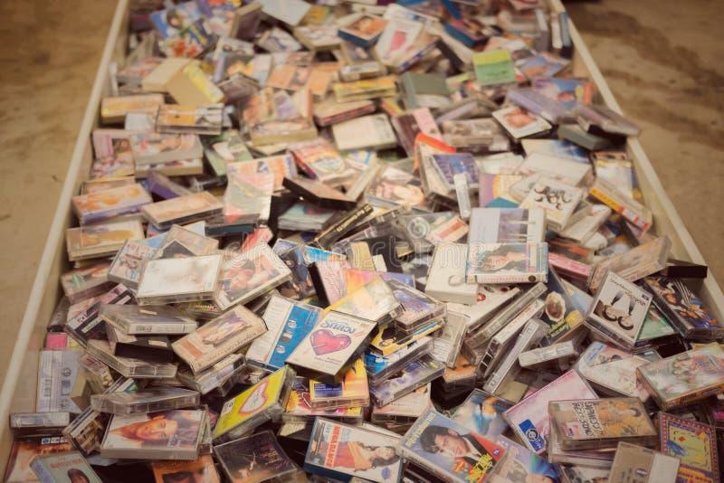 Retro- Kassette 80s vom vorderen weißen Hintergrund, Shop am JJ-Grün-Markt lizenzfreie stockfotos