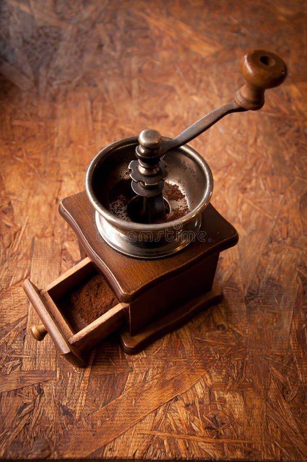 retro kawowego ostrzarza i proszka kawa na drewnianym stole zdjęcia royalty free