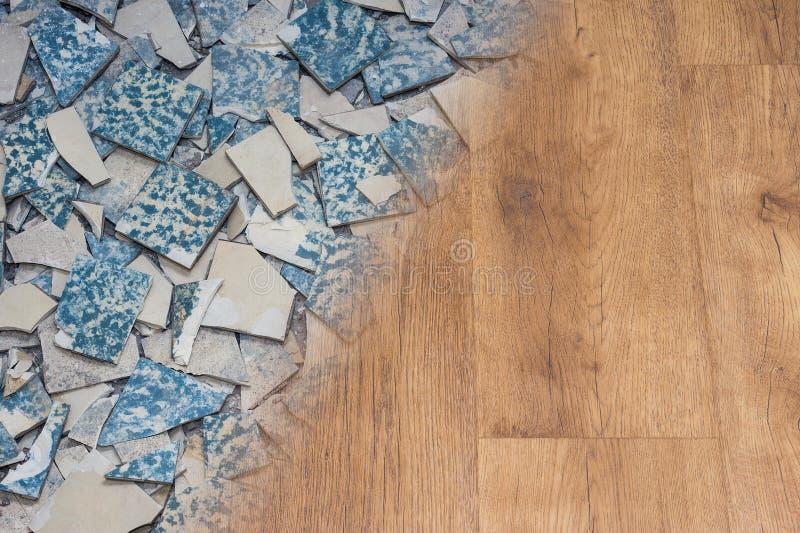 Retro keramiska tegelplattor och modern vinyltextur Golvrenoveringbegrepp royaltyfria bilder