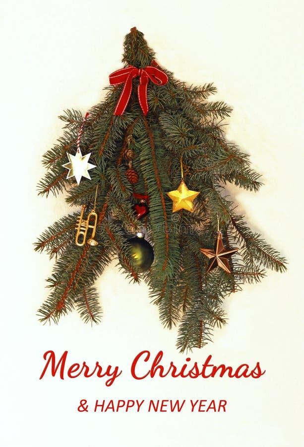 Retro Kerstmis en nieuwe jaarkaart met verfraaide nette takken stock foto's
