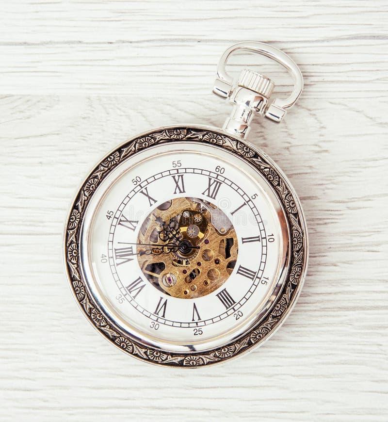 Retro kieszeniowy zegarek na drewnianym tle fotografia royalty free