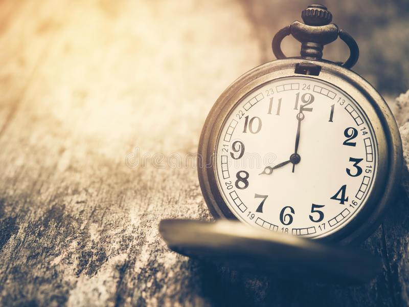 Retro kieszeniowy zegarek z antyk liczbą pokazuje 8 godzin na drewnianym tle obrazy royalty free