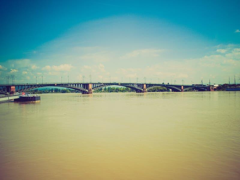 Retro kijk Rijn-rivier in Mainz stock foto
