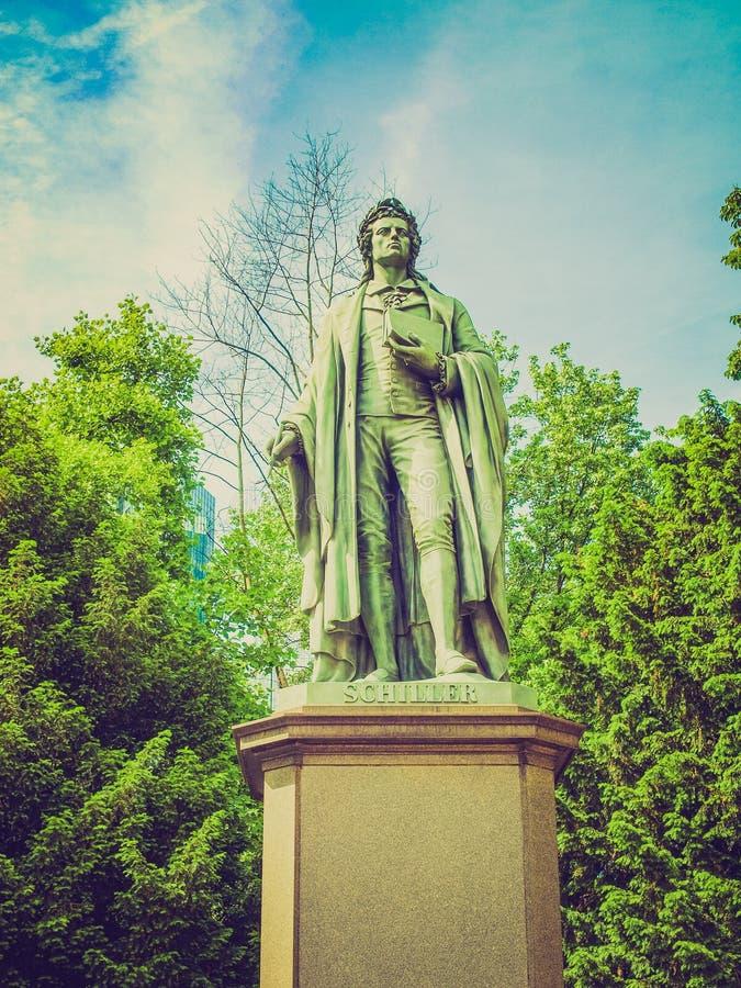 Retro kijk Schiller-standbeeld in Frankfurt stock fotografie