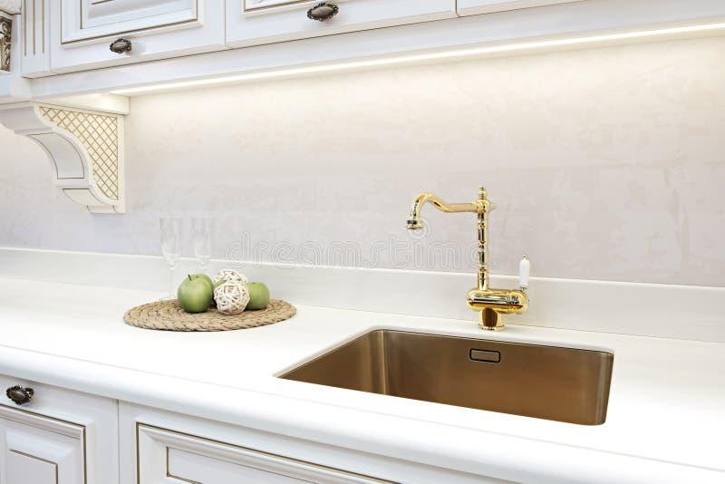 Retro klassieke gouden tapkraan van de keukenluxe Moderne toestellen royalty-vrije stock fotografie