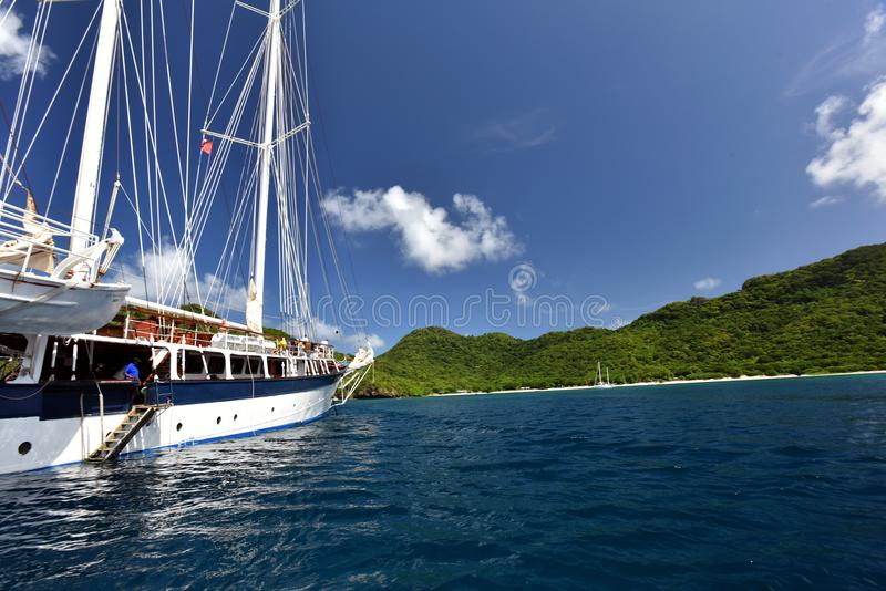 Retro klassisk gammal segelbåtsegling för tappning på mörker - blått hav arkivfoto