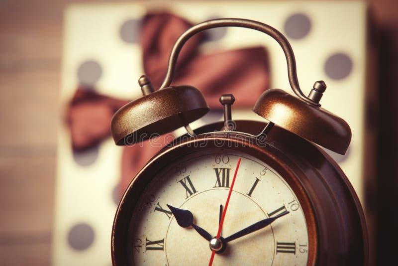 Retro klok en gift royalty-vrije stock afbeelding