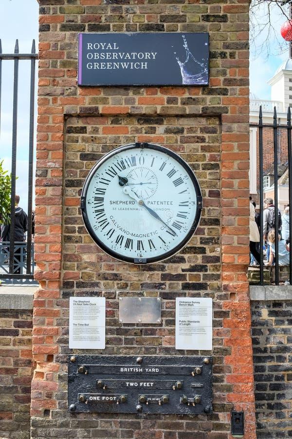 Retro klok en standaardmeting bij Koninklijk Waarnemingscentrum Greenwich stock afbeelding