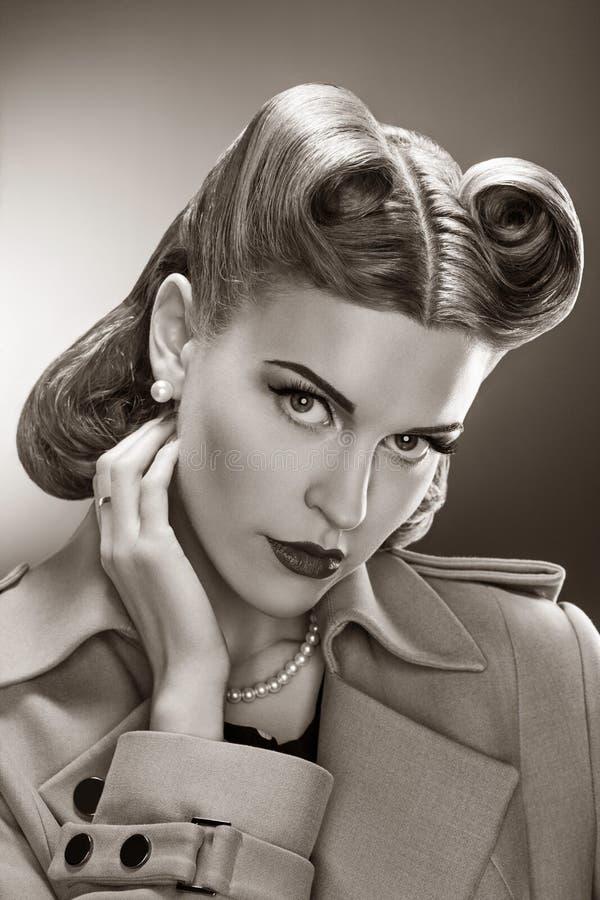 Retro kobieta - Czarny I Biały Romantyczny portret zdjęcia stock