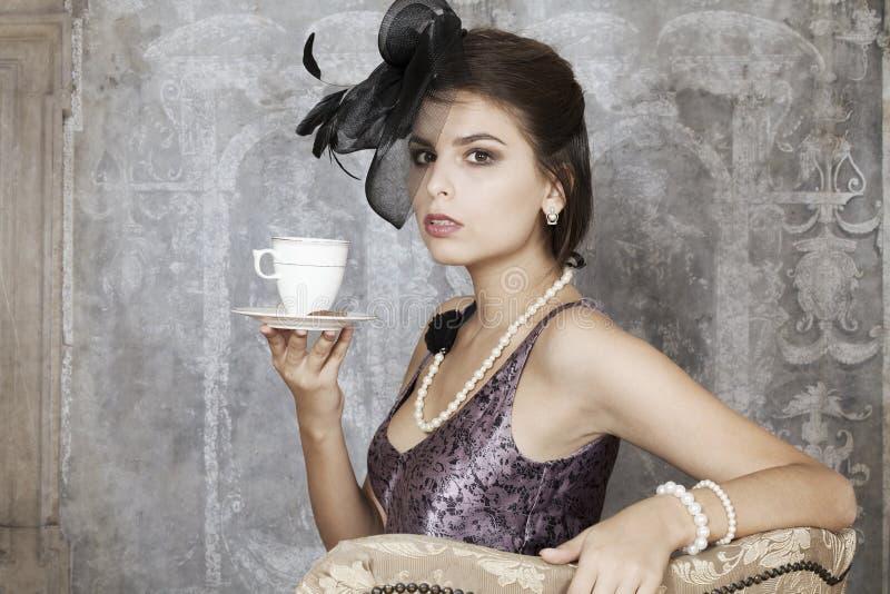 Retro kobieta z herbatą obrazy royalty free