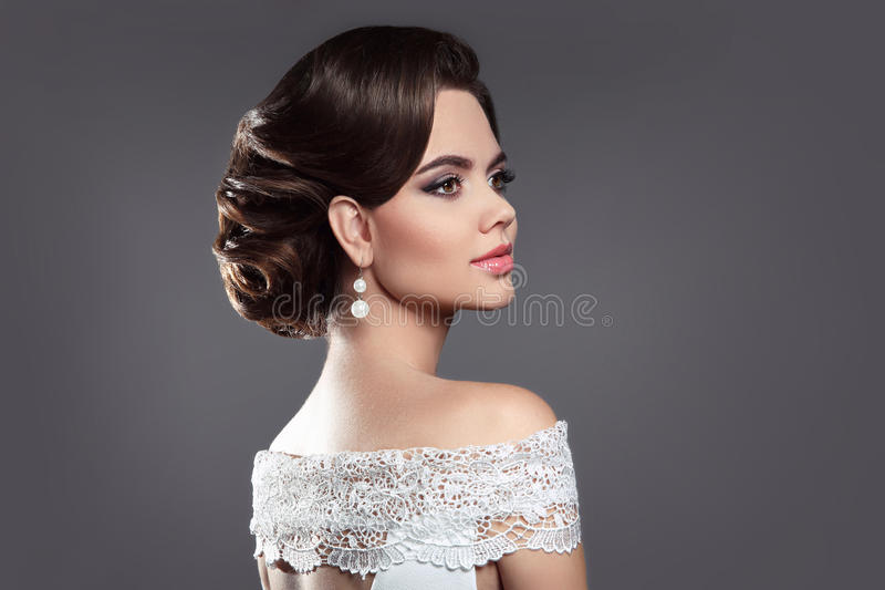 Retro kobiety brunetki piękna portret Elegancka dama z hairstyl obrazy royalty free