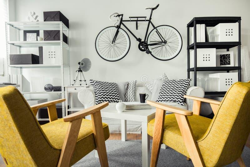 Retro kolorów żółtych krzesła zdjęcia royalty free
