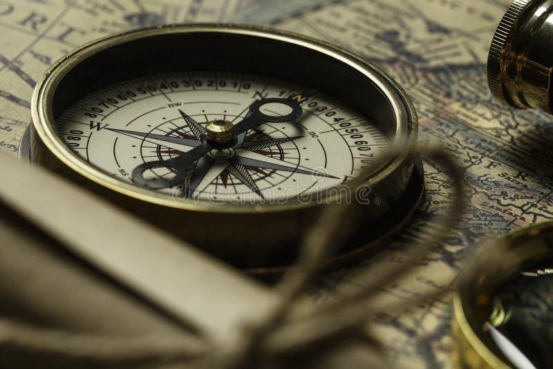 Retro kompas met oude kaart en kijker stock fotografie